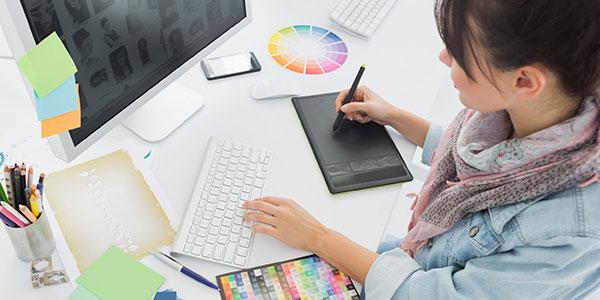 ホームページのデザインを制作するウェブデザイナー