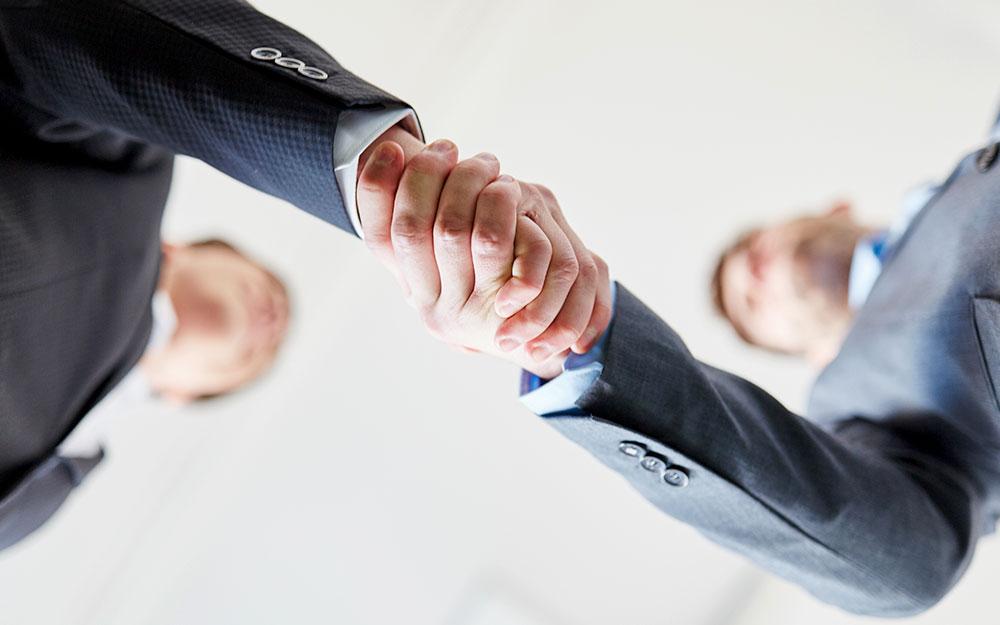 信頼できるパートナーとなり握手を交わす男性