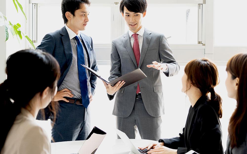 自信を持ってチームを率いるプロジェクトリーダー