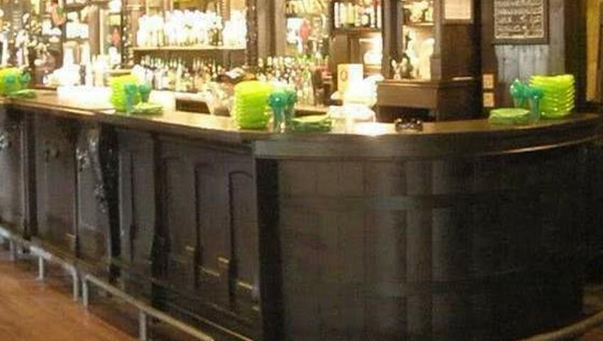 Pogettazioni realizzazione pub in stile sedie per pub for Negozi arredamento ancona