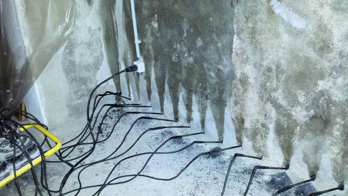 Trocknen einer nassen Wand mit Heizstäben