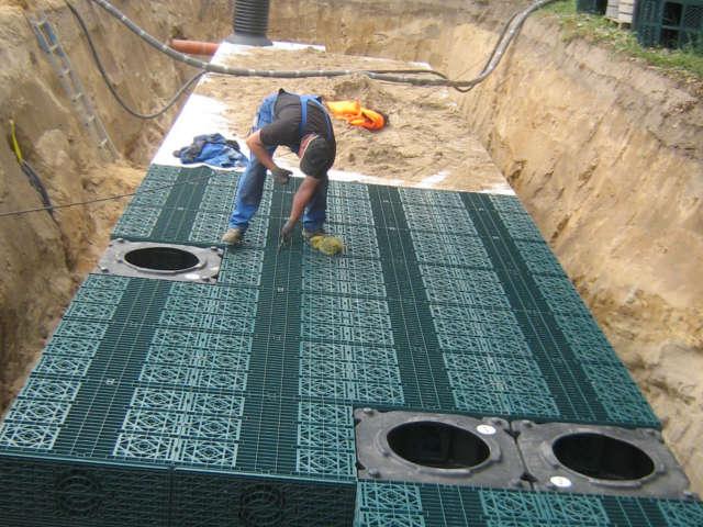 Mitarbeiter beim Aufbau einer Anlage zur Regenwasserbehandlung