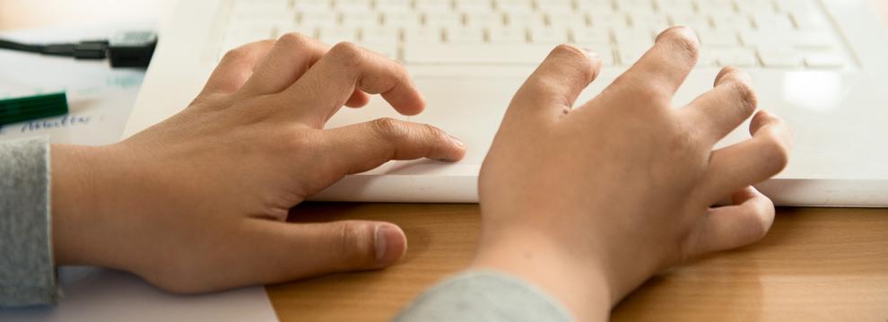 Kinderhände auf Tastatur