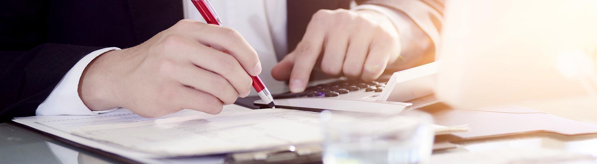 書類を作成する税理士・行政書士の手元:仕事イメージ