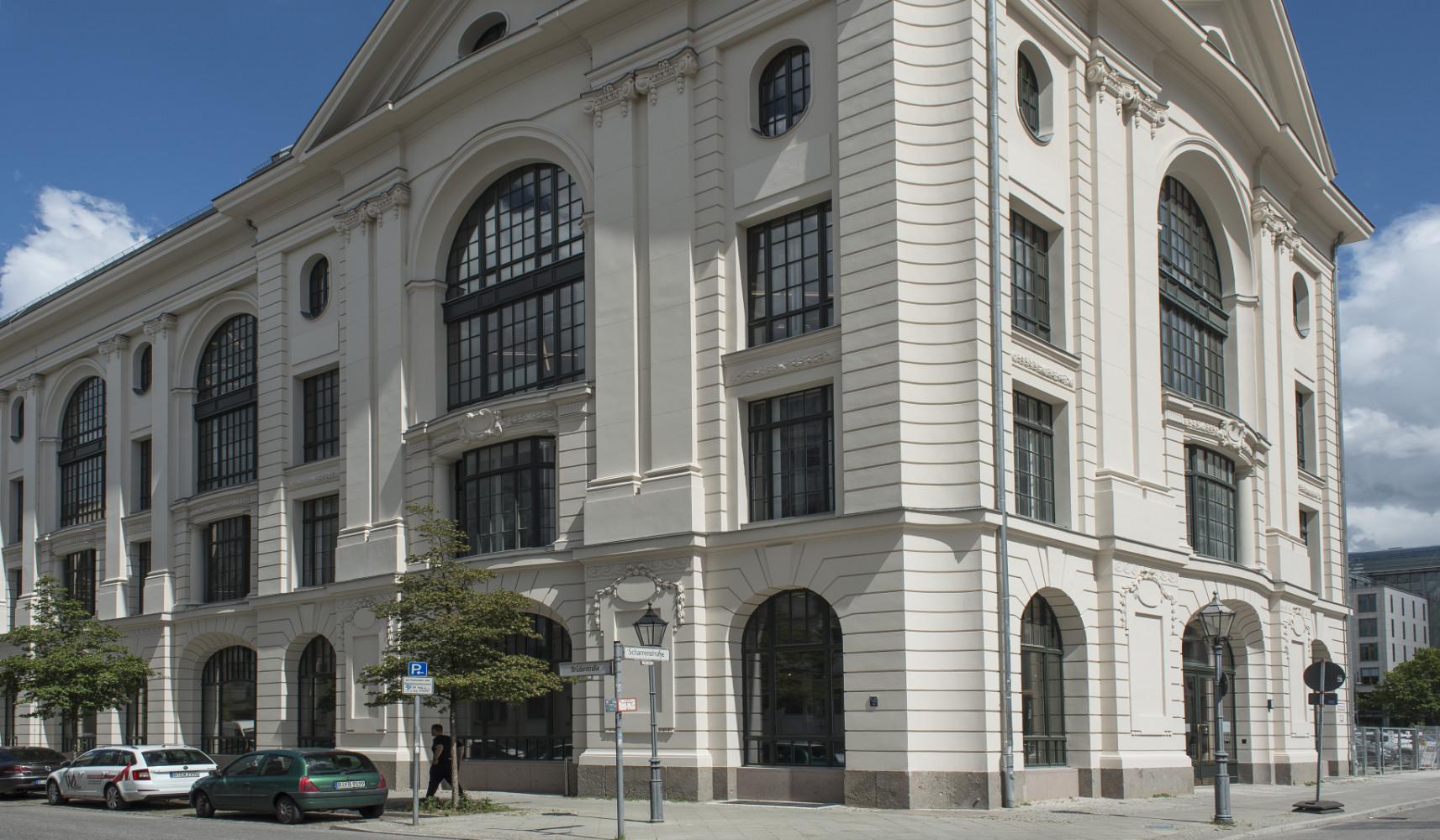 Große Portalfenster und gebogene Elemente