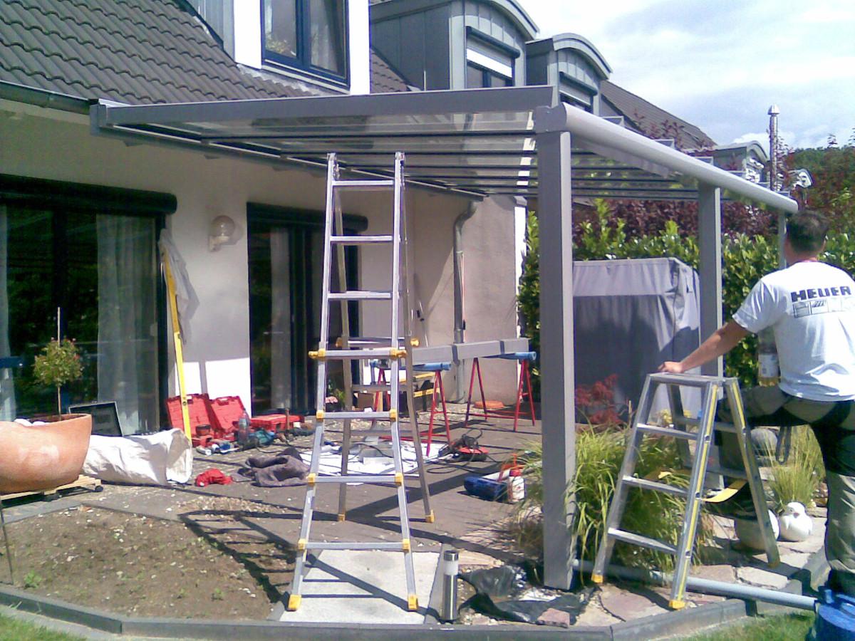 Terrassenüberdachung vor die Regenrinne montieren - Montage-Spezialist Hannover / Langenhagen