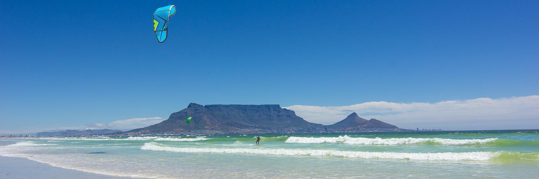 Kapstadt mit Kitesurfer und Tafelberg