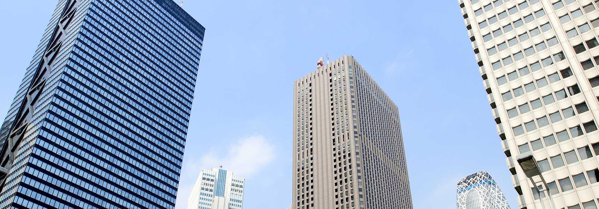青空の背景に建ち並ぶ都心のビルの風景 不動産投資のイメージ