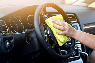Kunststoffpflege beim Auto