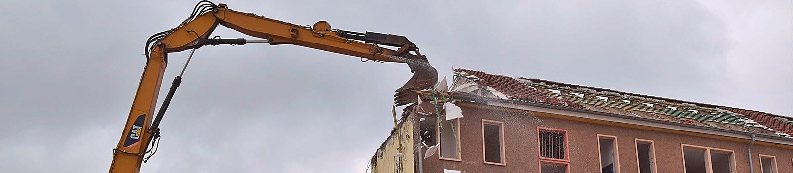 Die 3B GmbH & Bausanierung GmbH bei Abbrucharbeiten eines Wohngebäudes.