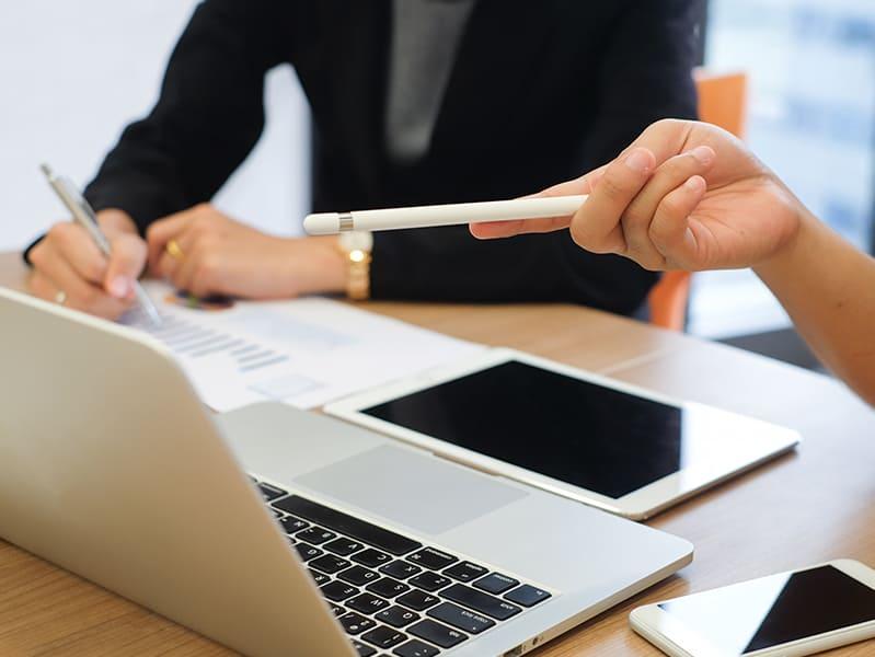 Deux personnes en formation devant un ordinateur portable