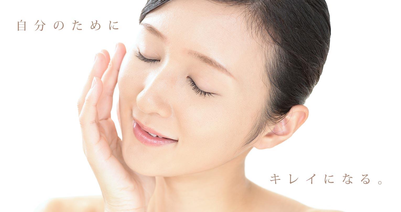 自分のためにキレイになる:肌をいたわるうっとり顔の女性
