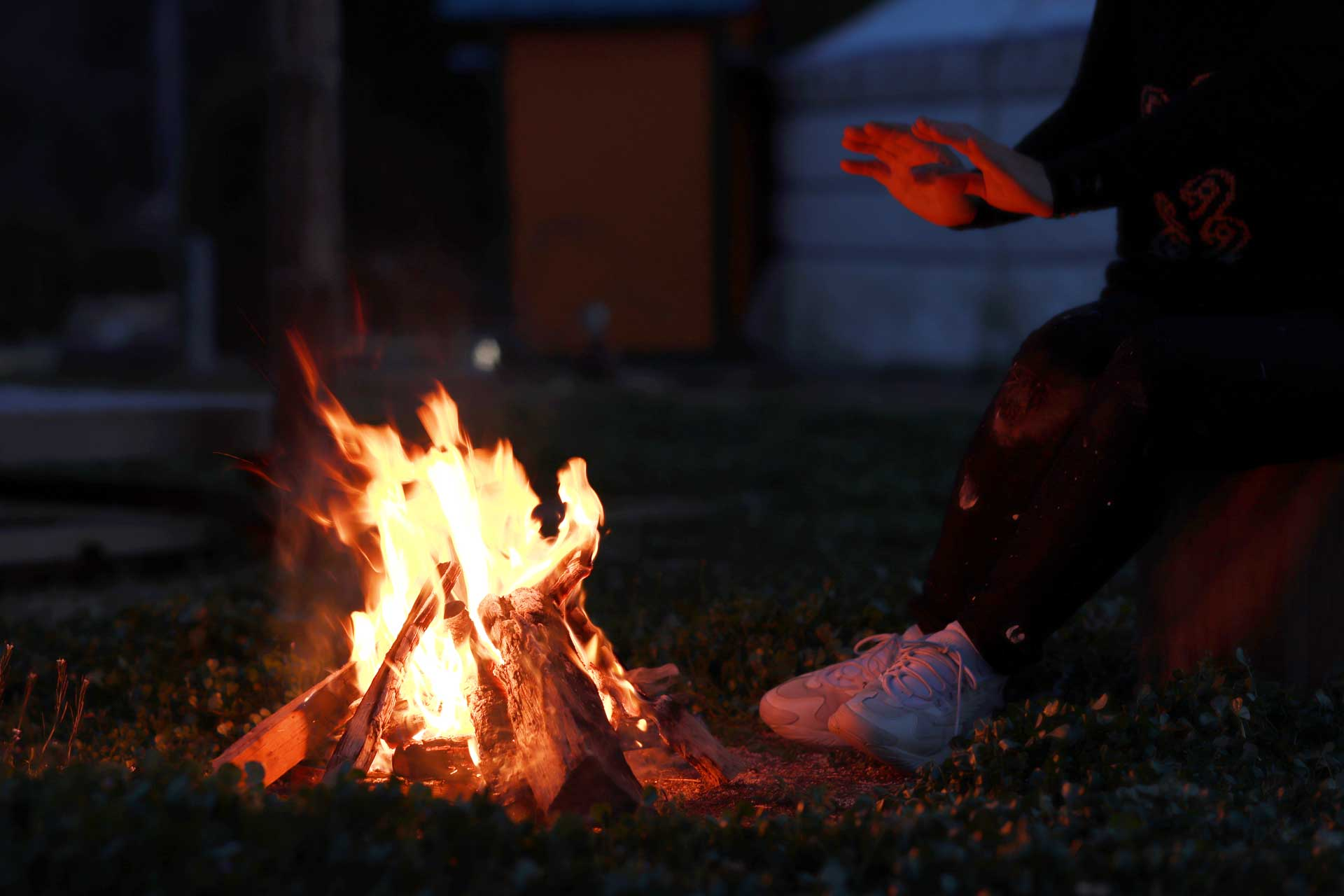 オータニ モンゴルの里のお庭でたき火を楽しむ女の子
