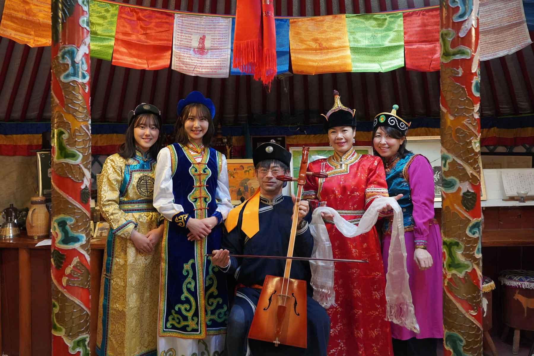 オータニ モンゴルの里でのモンゴル民族衣装着付け体験を楽しむ家族風景
