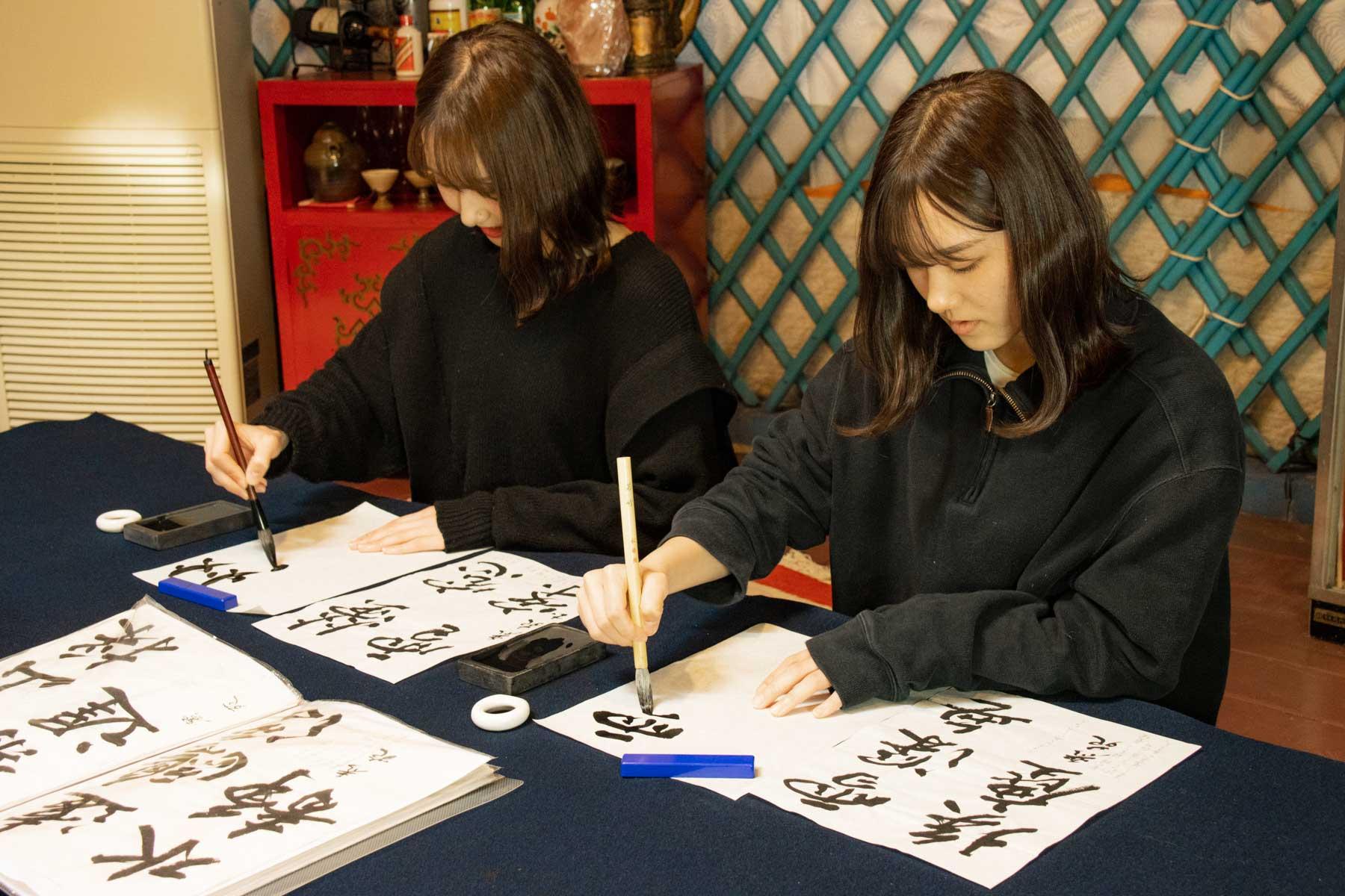 オータニ モンゴルの里での日本書道体験を楽しむ女の子たち