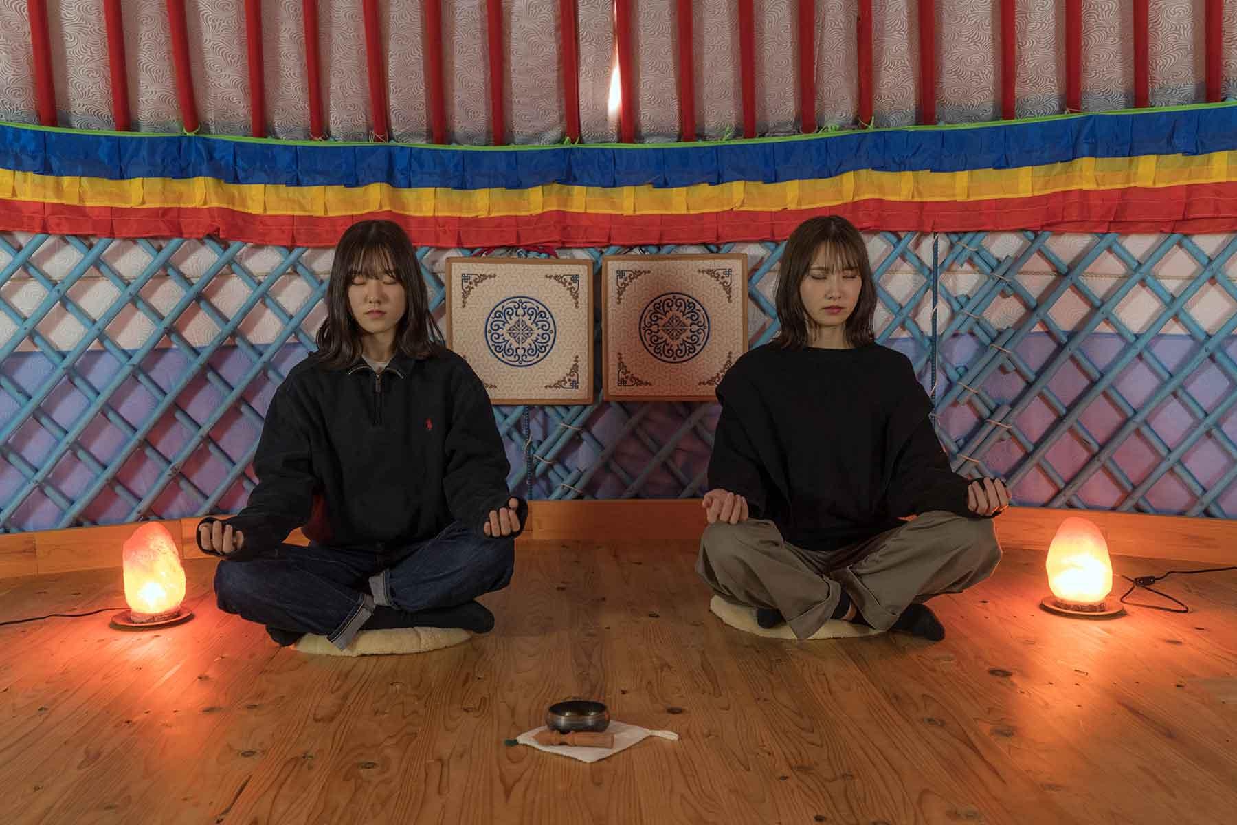 オータニ モンゴルの里のゲルの中で瞑想体験をする女の子たち
