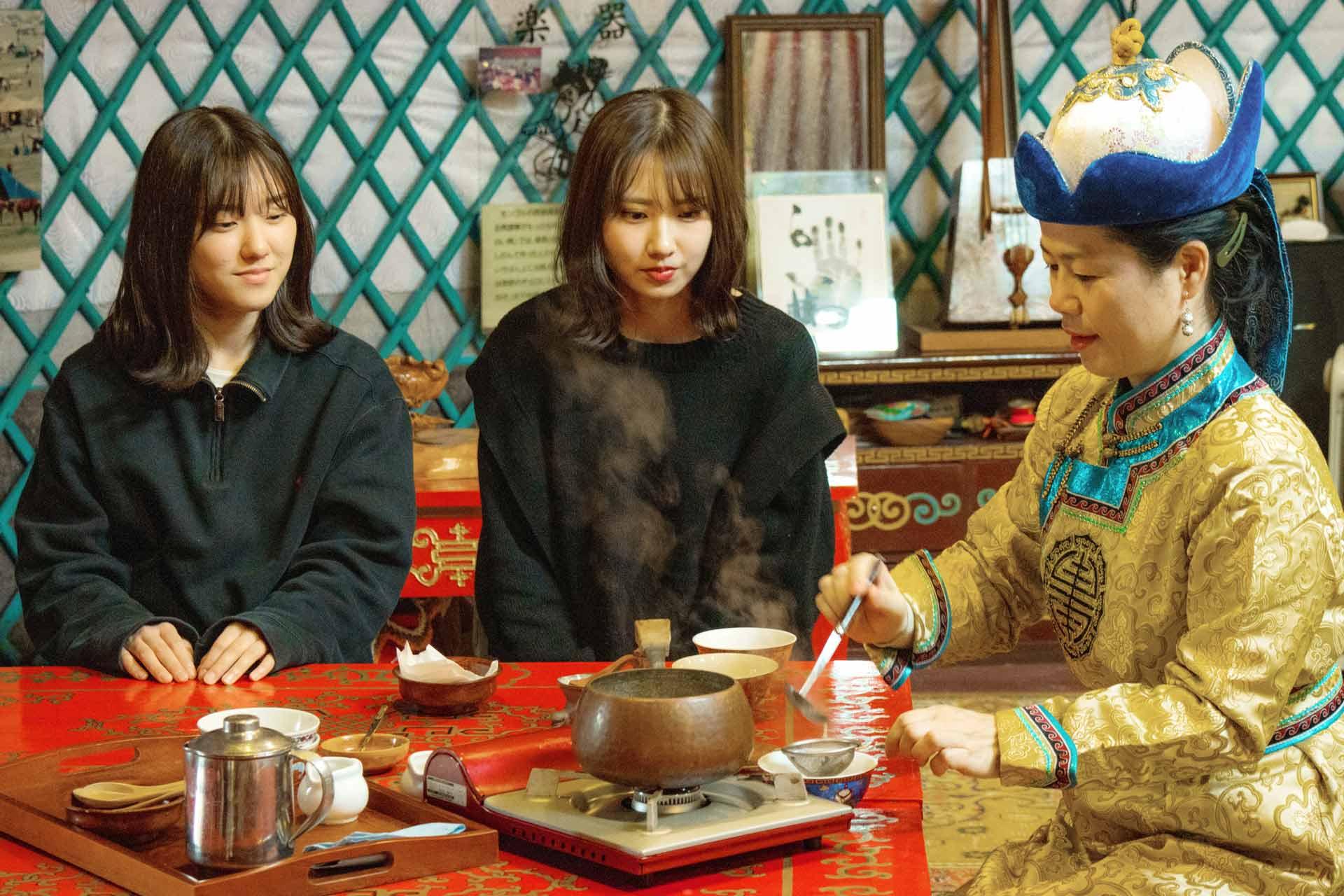 オータニ モンゴルの里でのモンゴルティー茶会体験を楽しむ女の子