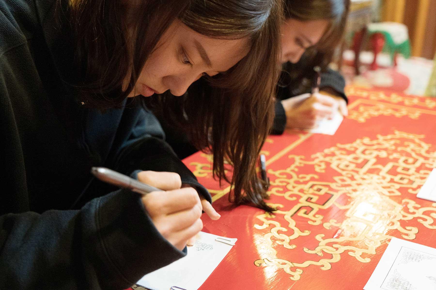 オータニ モンゴルの里で曼荼羅を写す写曼荼羅を楽しむ女の子たち
