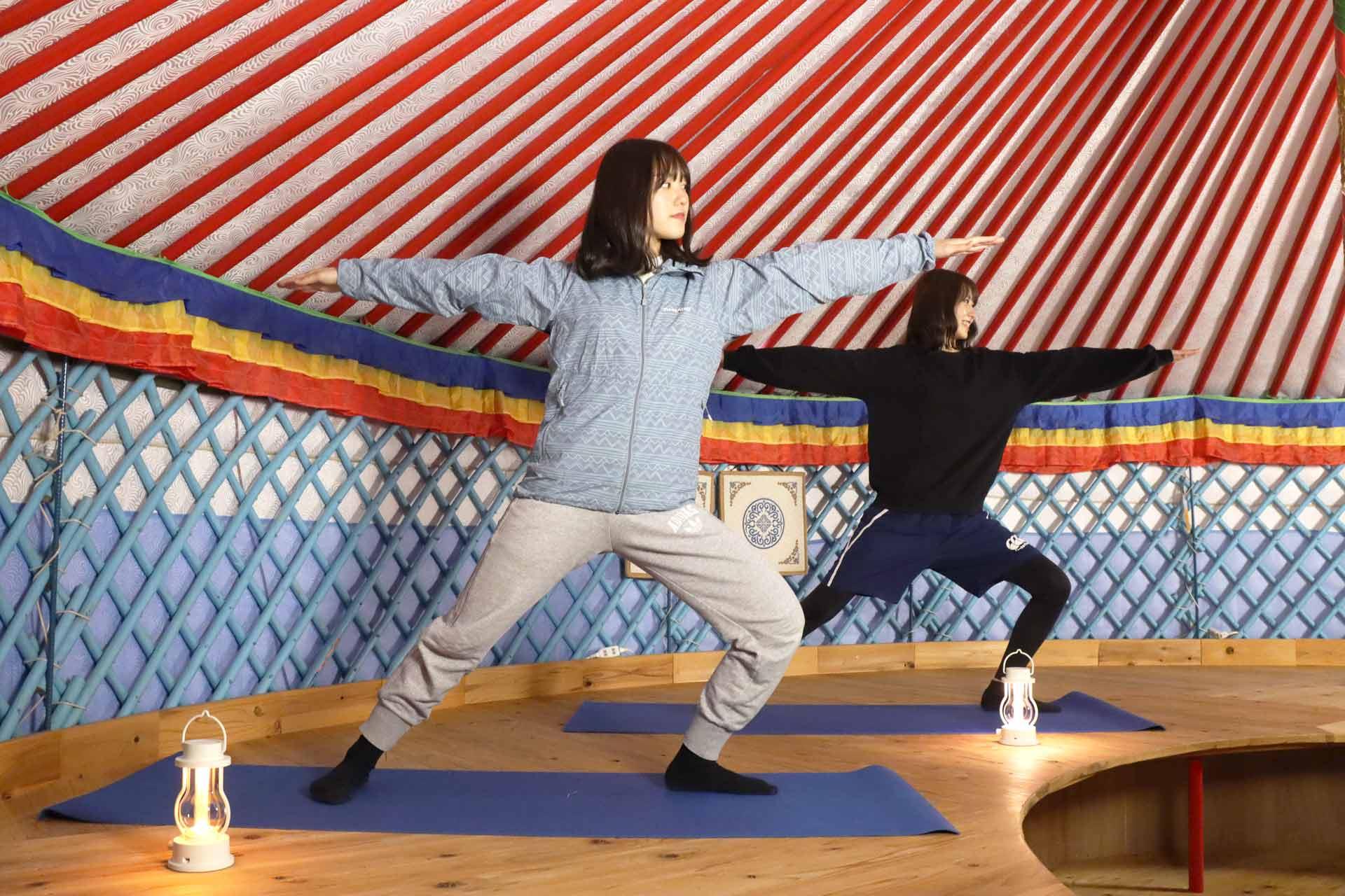オータニ モンゴルの里のゲルの中でヨガレッスンを体験する女の子たち