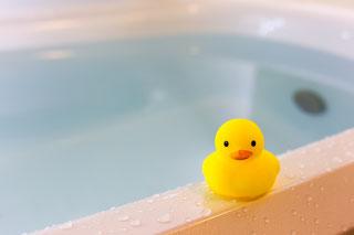 お湯の入った浴槽の写真