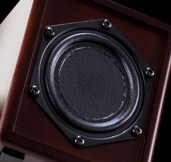 人間の心情に訴えかける理想的な音域を引き出すオペラ歌手の口と同じサイズ(8㎝)の振動板。