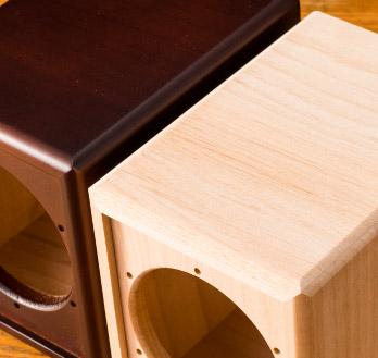 スピーカーBOXは見た目にも美しい無垢素材を使用。片手で簡単に持てるほどの軽量タイプ。