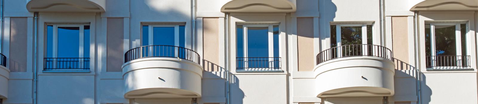 Eine komplett sanierte Fassade von der Omega-Spezialbau GmbH