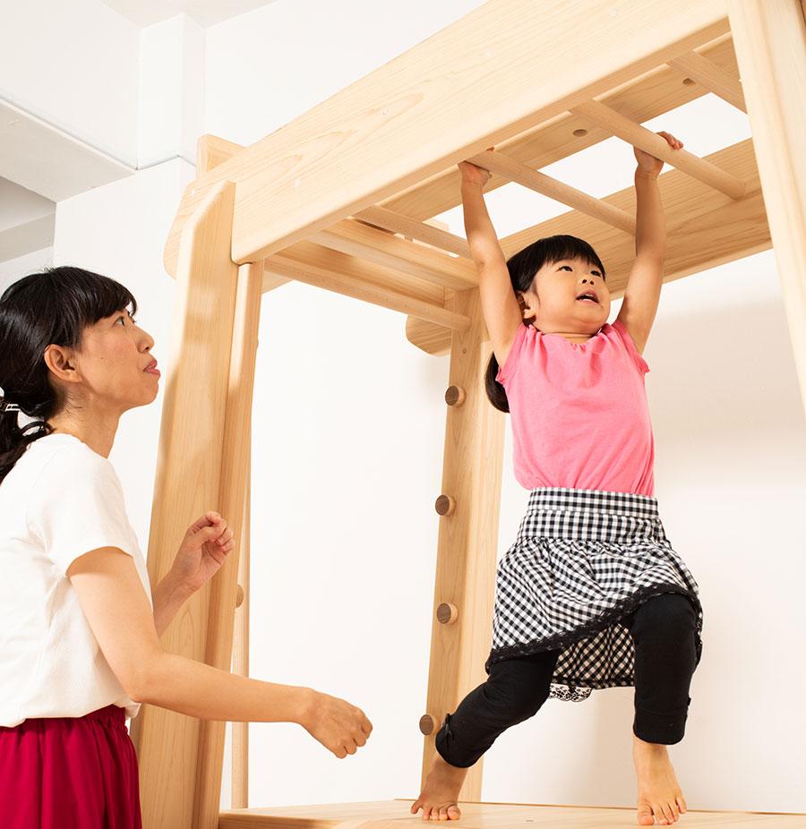 室内雲梯の雲梯で遊ぶ子ども