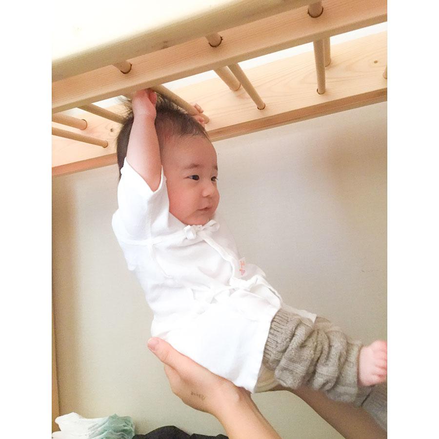 雲梯に掴まる赤ちゃん
