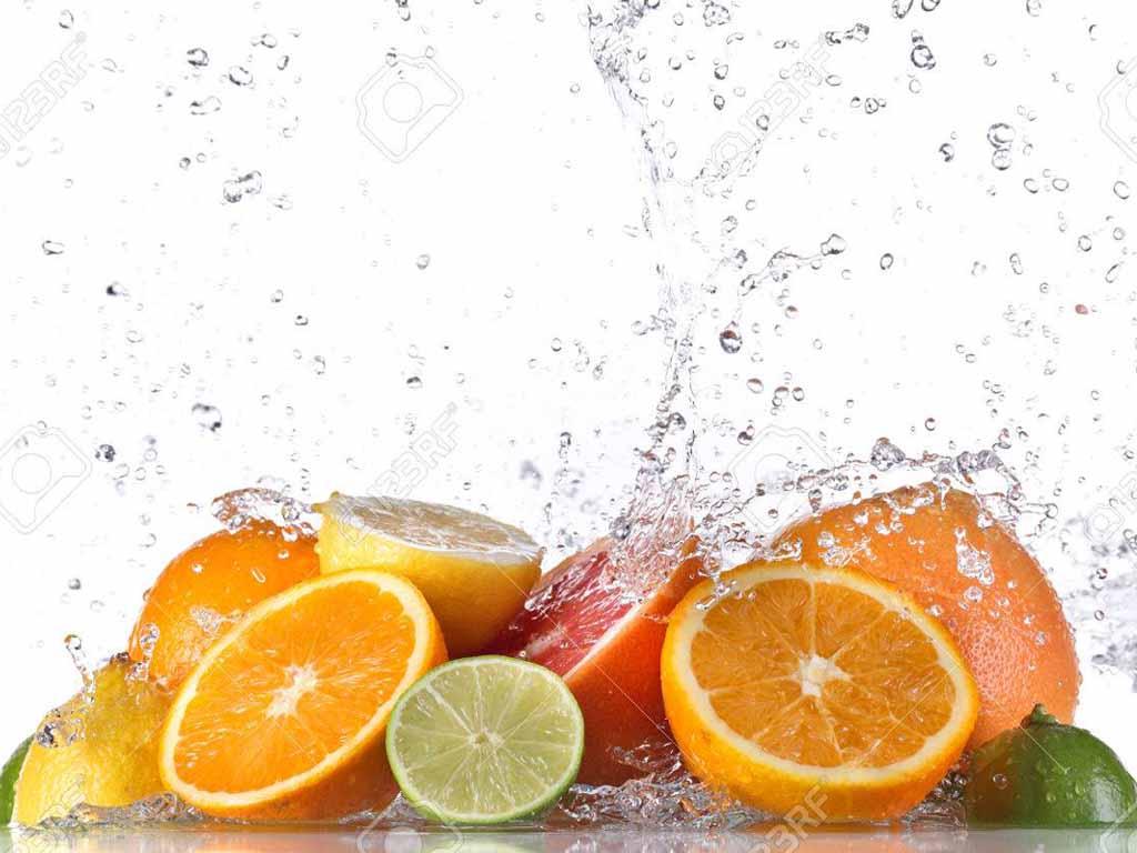 Spritzschutz für die Küche frisches Obst mit Wasser