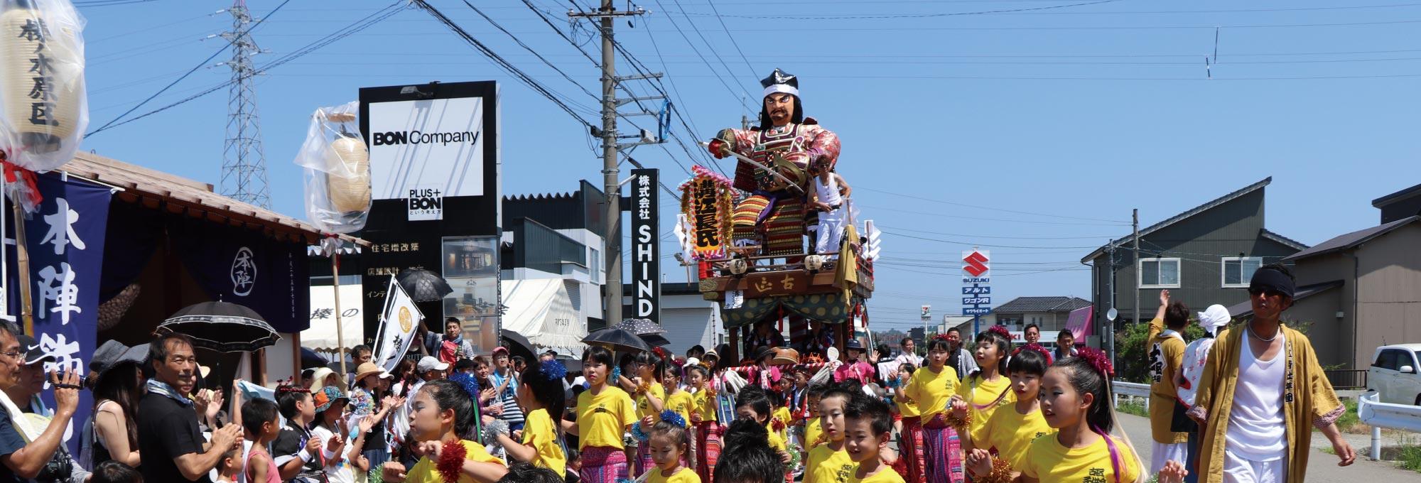 金津祭では山車と子ども踊りが町内を練り歩きます