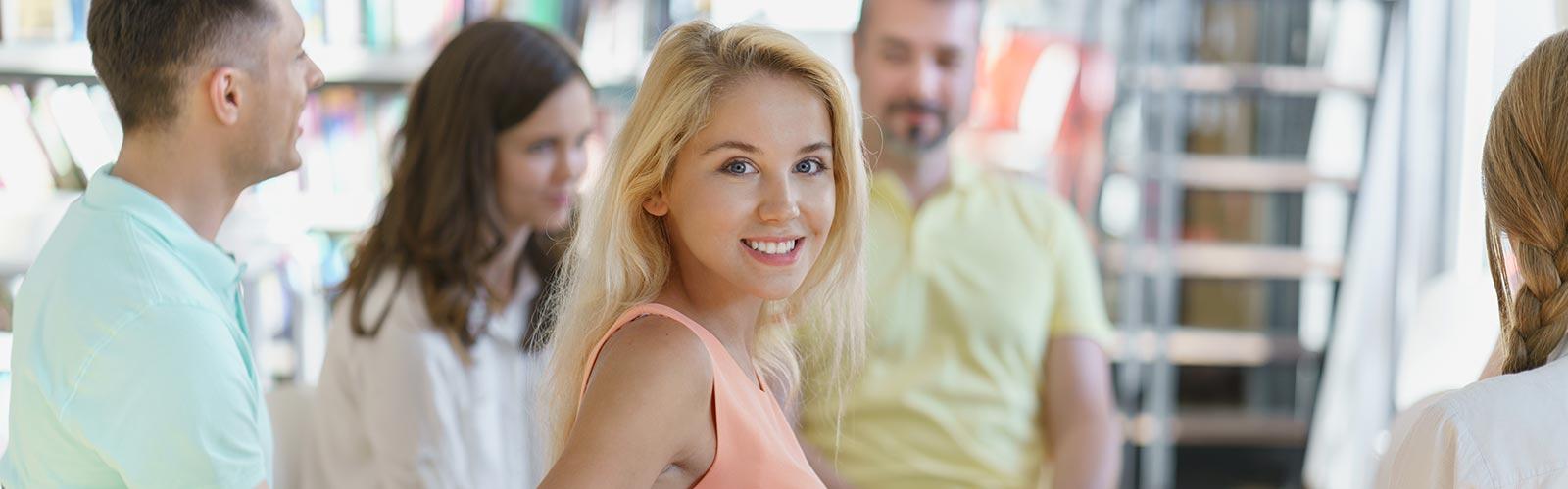 Lächelnde Frau bei einer Unterhaltung im Ruhesitz Golzow