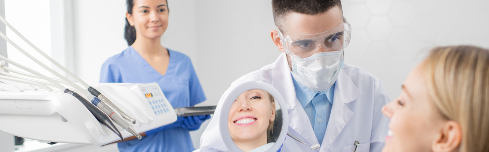 Glückliche Patienten bei einer Behandlung in der Zahnarztpraxis in Rangsdorf