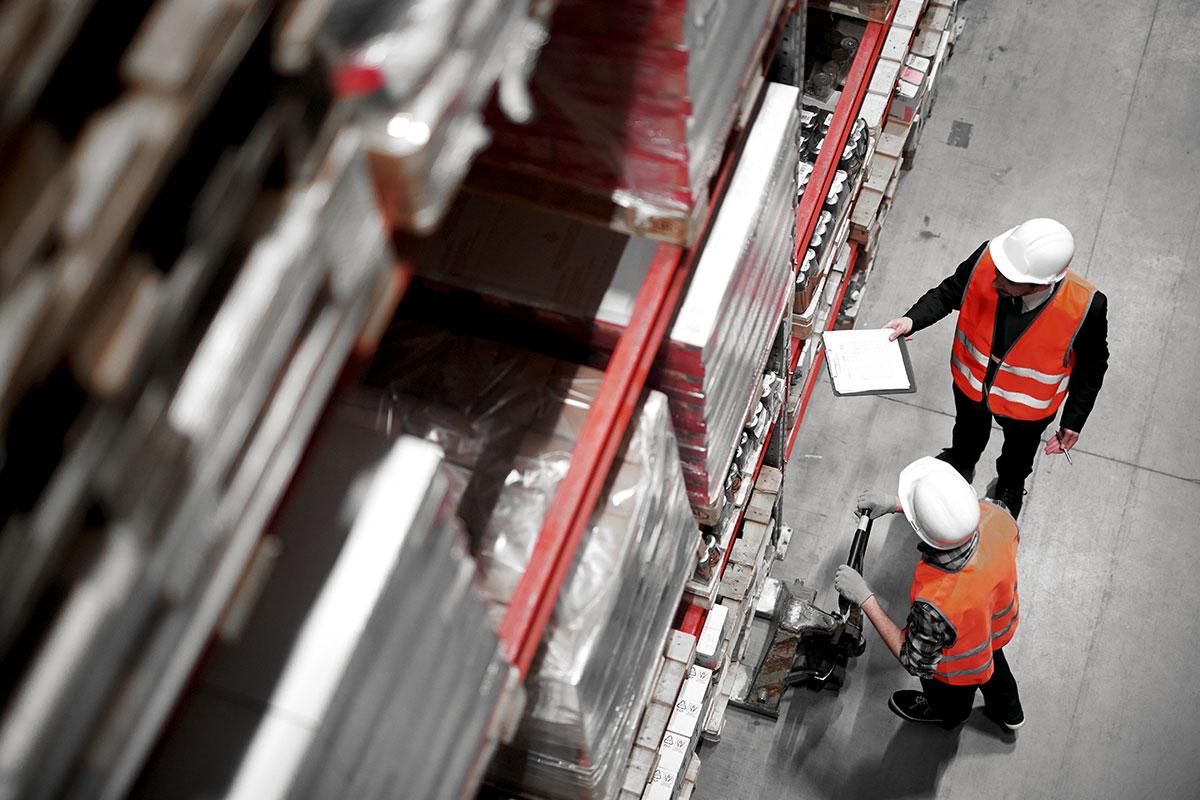 Abstimmungsgespräch vor einem Hochregal der ScaleUp Fulfillment GmbH aus Münster