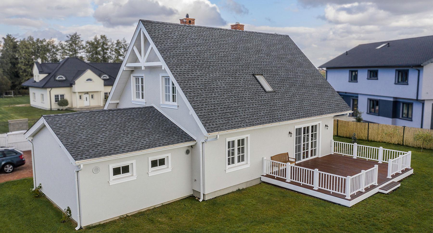 nowoczesny dom parterowy pokryty amerykańskim gontem bitumicznym firmy GAF model Timberline HD w kolorze Pewter Gray szary
