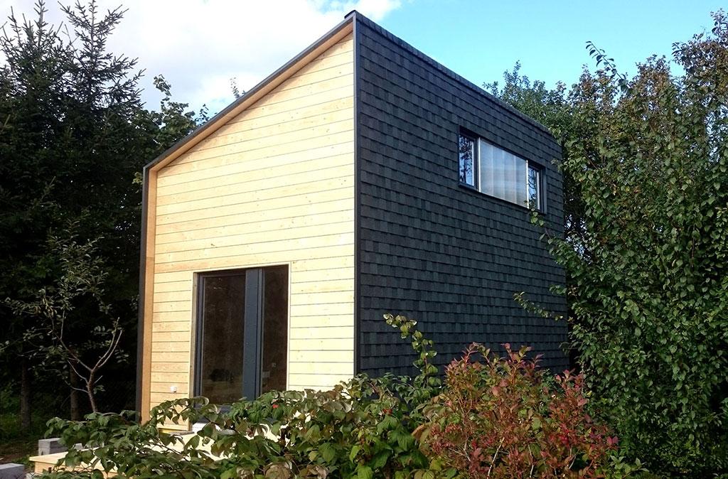 Producentem domków i wykonawcą jest firma Okidomki a gonty zamontowany na ścianach i dachu to gont bitumiczny Landmark z oferty GAF