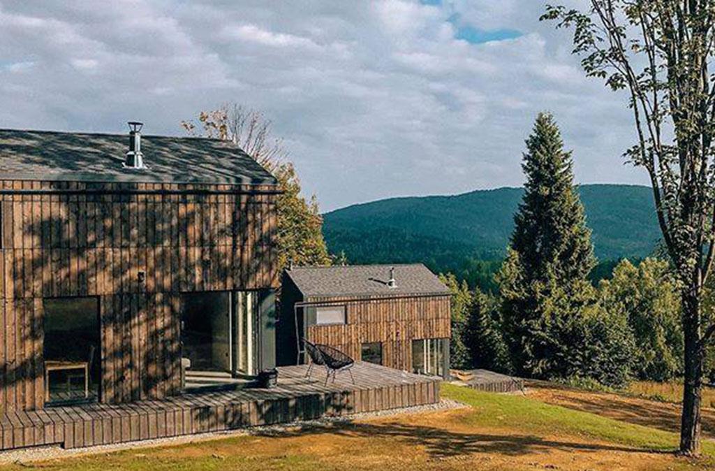 Producentem domków i wykonawcą jest firma Okidomki a gonty zamontowany na ścianach i dachu to Landmark z oferty GAF
