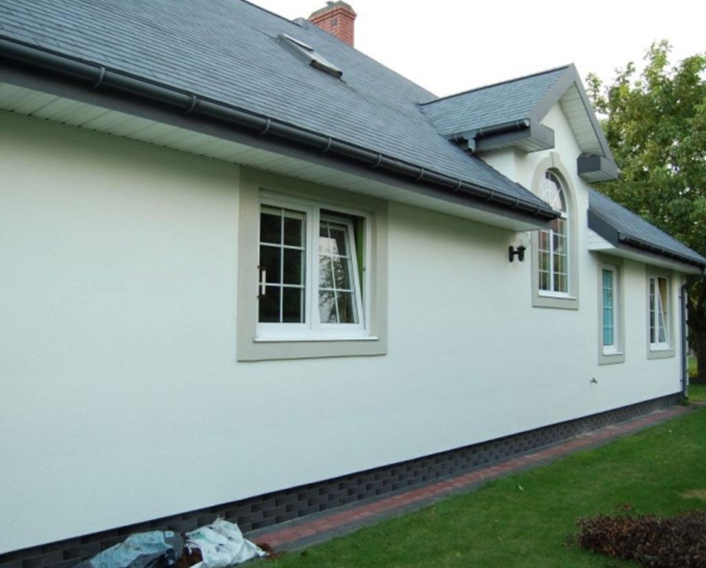 Producentem domków i wykonawcą jest firma DWRC Domy Szkieletowe a gonty zamontowany na dachu to gont bitumiczny Timberline HD z oferty GAF