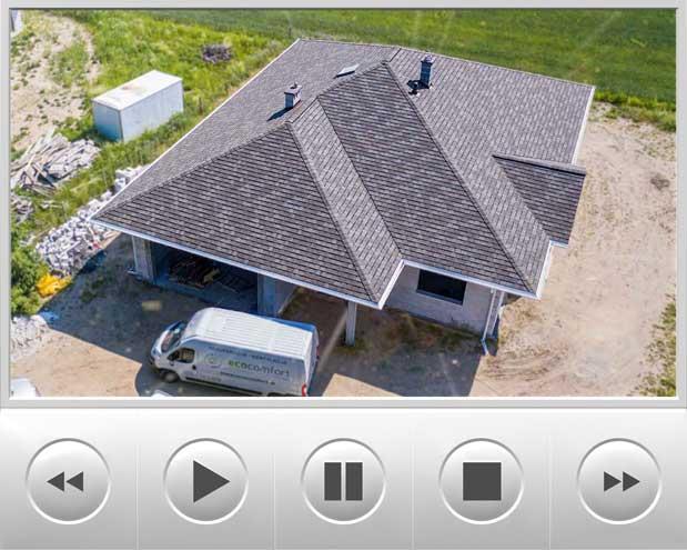 Materiał nagrany za pomocą drona prezentuje przepiękny parterowy dom na którym zamontowaliśmy luksusowe pokrycie dachowe jakim jest gont bitumiczny o nazwie Camelot 2 w kolorze Weathered Timber wyprodukowany w USA, przedstawiony budynek znajduje się w okolicach Poznania
