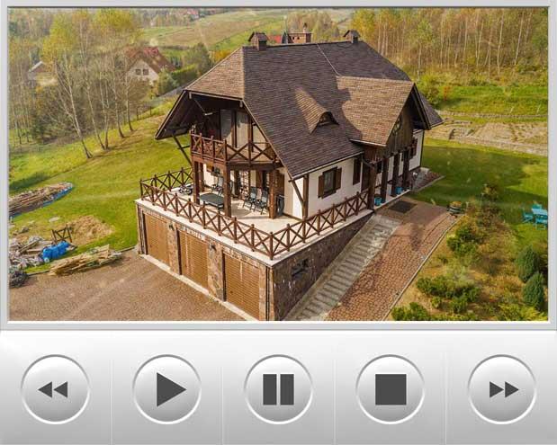 Film z drona przedstawia prestiżowe pokrycie dachowe, które stylem nawiązuje do gontu drewnianego i jest to gont bitumiczny amerykańskiego producenta GAF model o nazwie Glenwood w kolorze Autumn Harvest, dach znajduje się w okolicach Krakowa