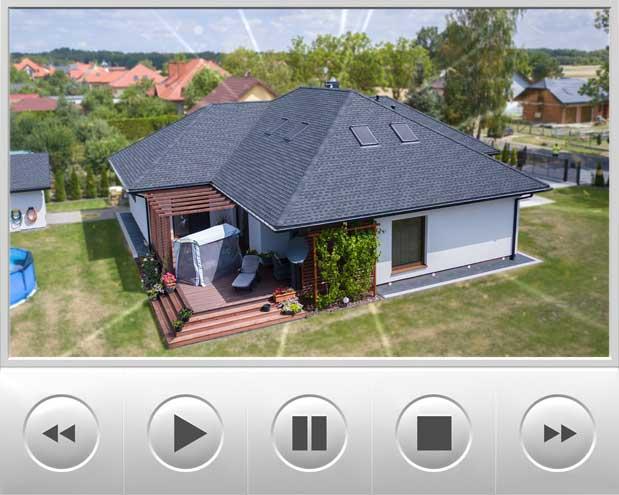 Dom wybudowany w systemie kanadyjski został pokryty luksusową dachówką GAF Timberline HD w kolorze Charcoal, opisywany budynek znajduje się w Bełchatowie