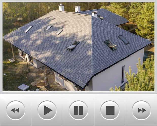 Bardzo ładny domek parterowy został pokryty dachówką GAF Timberline HD w nietypowym kolorze Fox Hollow Gray, realizacja opisanego budynku znajduje się w Leoncinie