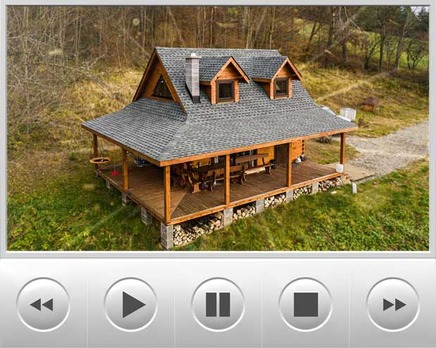 Przepiękny domek z bala pokryty dachówką bitumiczną GAF Timberline HD w kolorze Slate, budynek znajduje się w malowniczym miejscu na skarpie w Bieszczadach