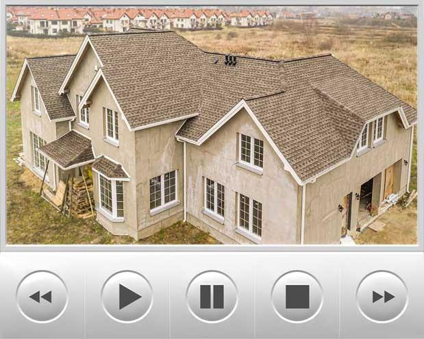 Projekt domu wykonany typowo na styl amerykański o czym świadczą liczne połacie dachowe a na dachu nie mogło zabraknąć amerykańskiego gontu GAF Timberline HD w kolorze Weathered Wood, realizacja znajduje się w Warszawie