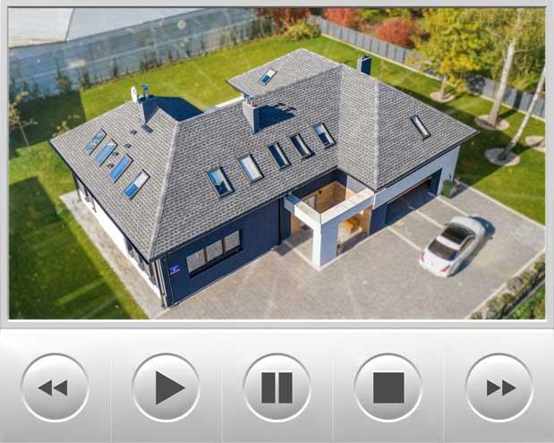 Materiał wideo prezentuje renowację dachu przy pomocy systemu dachowego GAF z luksusowymi gontami bitumicznymi o nazwie Timberline Ultra HD Dual Shadow w kolorze Pewter Gray wyprodukowany w USA, Przedstawiony budynek znajduje się w okolicach Warszawy