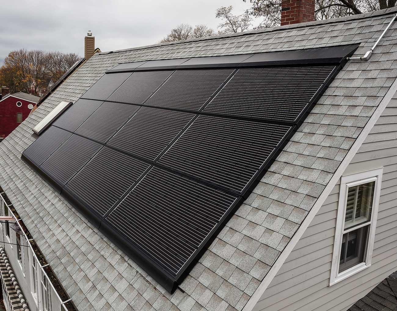na gontach gaf zamontowane są solary