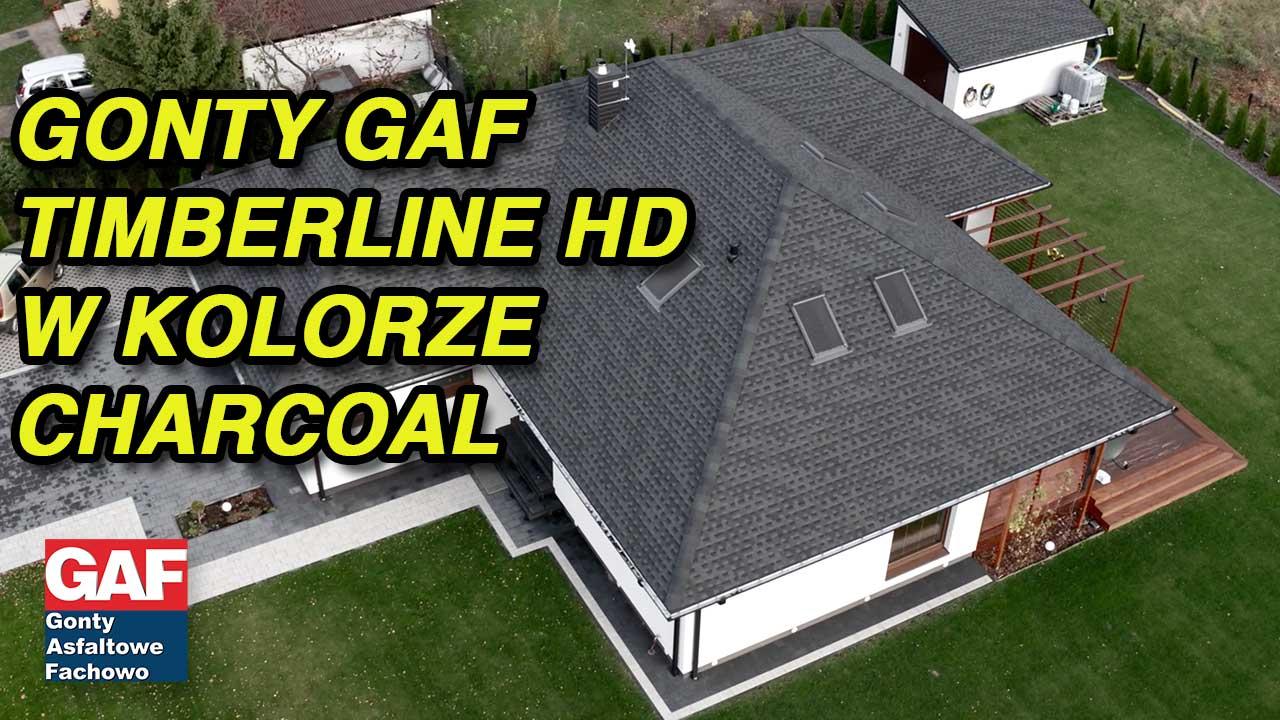 film przedstawia pokrycie dachowe, które zostało zainstalowane na przepięknym domku parterowym wykonanym w systemie szkieletowym to gont bitumiczny marki GAF model Timberline HD w kolorze Charcoal. Dach znajduje się w okolicach Łodzi