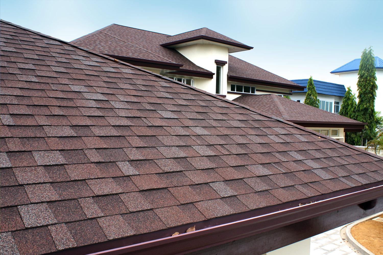 Na dachu widoczny gont marki IKO z linii Cambridge Xpress w kolorze Aged Redwood (54)