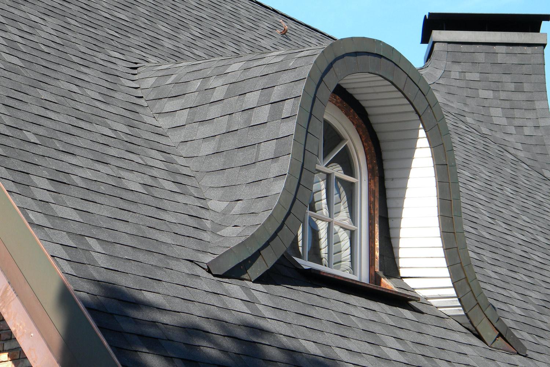 Na dachu widoczny gont marki IKO z linii Cambridge Xpress w kolorze Dual Black (52)