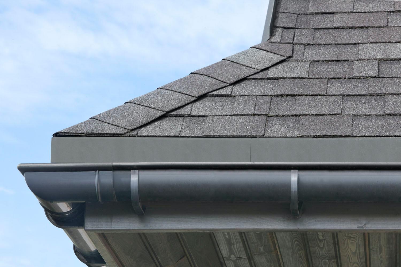 Na dachu widoczny gont marki IKO z linii Cambridge Xpress w kolorze Harvard Slate (50)